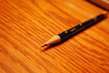 la soledad del lápiz en el escritorio